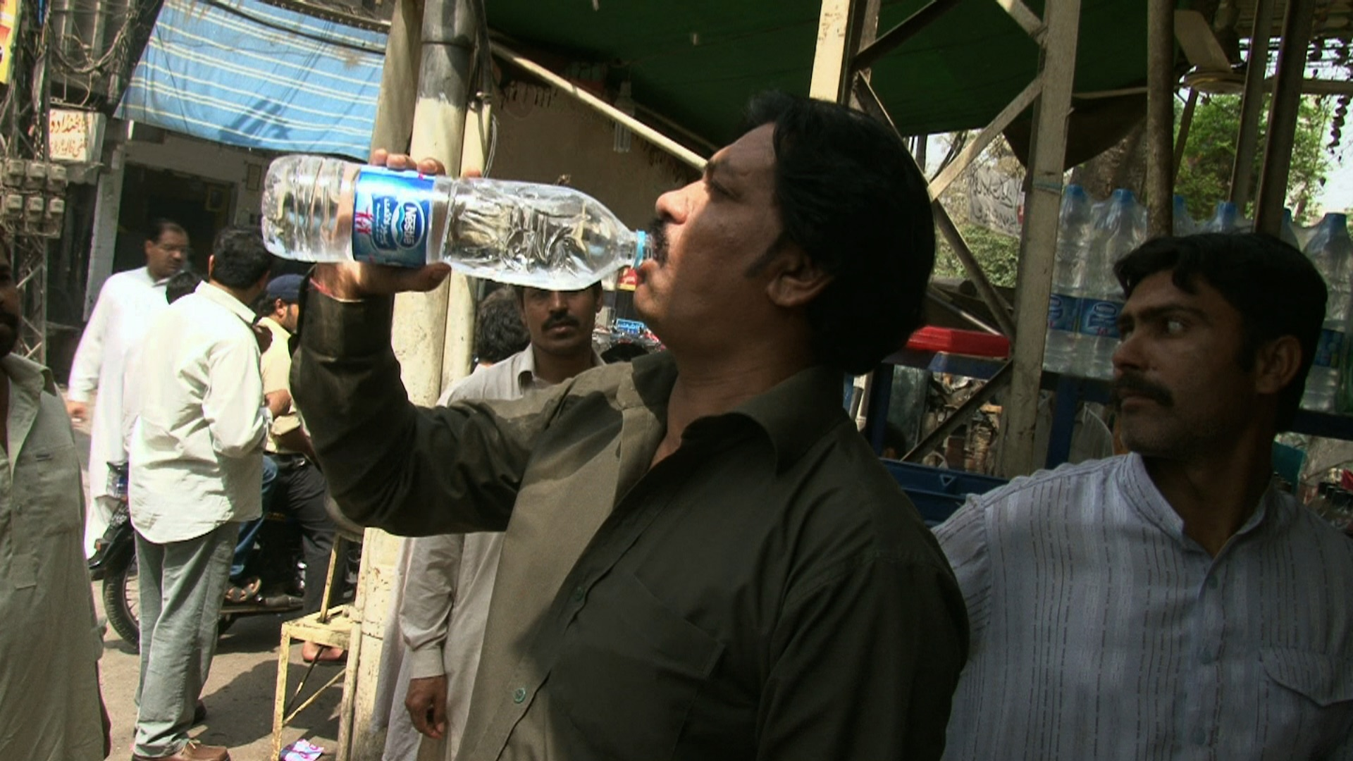 tl_files/images/the_fear/bl_pakistani_drinking_purelife.jpg